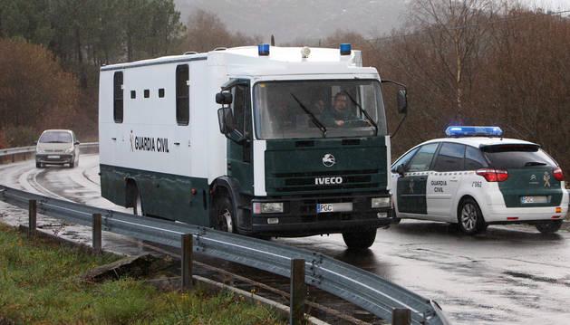 Imagen del furgón policial que traslada al presunto asesino de Diana Quer, José Enrique Abuín Gey, desde el centro penitenciario de Teixeiro a la cárcel de A Lama