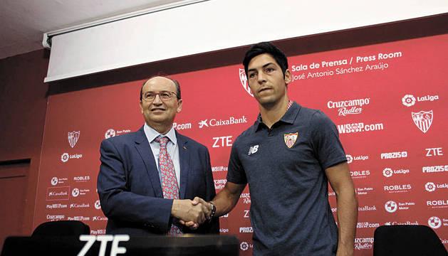 Borja Lasso, junto al presidente del Sevilla, José Castro, este verano cuando renovó.