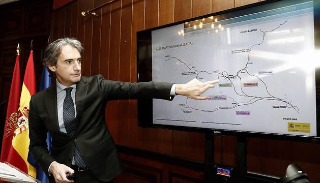 El ministro de Fomento, Íñigo de la Serna, durante la presentación en Pamplona del estudio informativo de la conexión con la Y vasca.