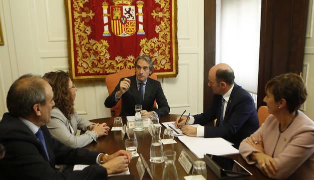 El ministro Íñigo de la Serna, en la reunión que mantuvo el martes en la Delegación del Gobierno, a la que asistieron la delegada Carmen Alba, el vicepresidente Manu Ayerdi y la consejera vasca Arantxa Tapia.