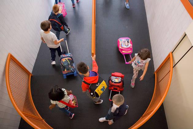 Imagen de un grupo de alumnos del Colegio Público Iturrama recorriendo los pasillos del centro en este curso. Éste es uno de los 24 centros que han aumentado las sesiones en inglés: de 10 a 13.