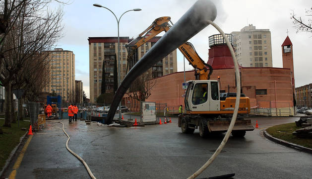 Obras de canalización en la avenida Central de Barañáin.
