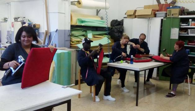 Trabajadoras de Empleo Social renuevan las 600 butacas del IES Plaza de la Cruz