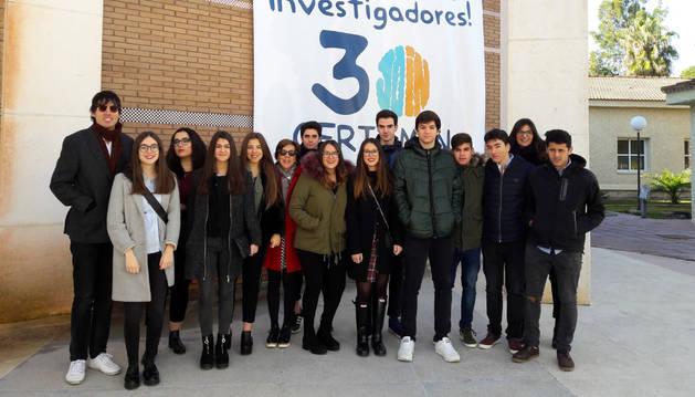 El profesor Pablo Ijalba, a la izquierda, junto al grupo de alumnos del IES Valle del Ebro presente este viernes en la final del Certamen Jóvenes Investigadores.