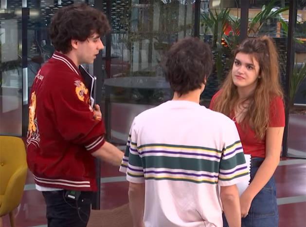 Imagen de Amaia Romero hablando con sus profesores Javier Calvo (izquierda) y Javier Ambrossi (derecha).