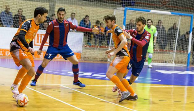 foto de Sepe controla el balón acompañado de Javivi en el último duelo del Aspil en casa, ante Levante.