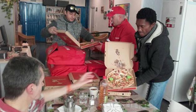 Telepizza entrega varias pizzas a la fundación RAIS.