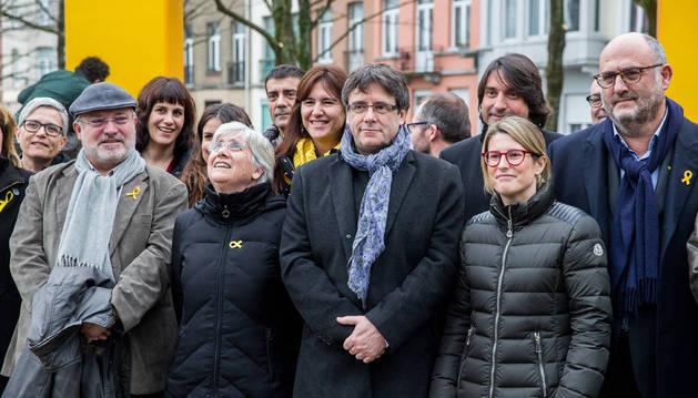 Imagen de Carles Puigdemont en Bruselas con una delegación de JxCAT.