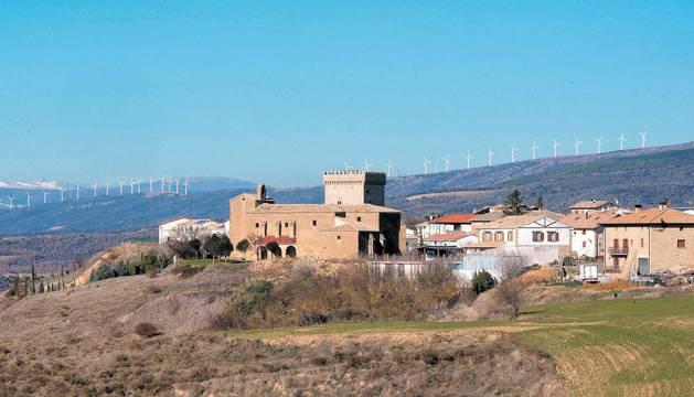 Los aerogeneradores de la sierra del Perdón enmarcan el concejo de Olcoz.