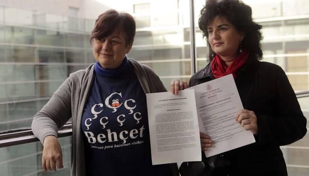 Carmen García Romero (izda) y Raquel  Leoz Urrutia, dos de las afectadas por la enfermedad de Behçet en Navarra, ayer por la mañana en el Parlamento foral.
