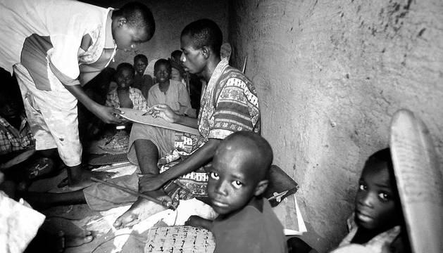 El maestro que enseña el Corán castiga severamente a sus alumnos con una fusta si no recaudan el dinero suficiente mendigando en la calle después de clase.