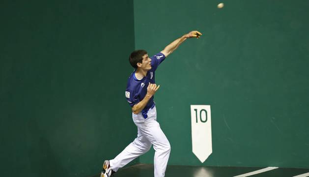 Beñat Rezusta, el mejor de los cuatro en el frontón Labrit, lleva a buena una pelota prácticamente desde el rebote.