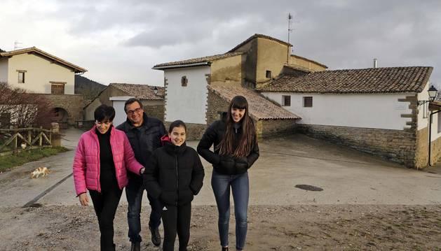Eva Pisano Lacunza, y Jesús Ayesa Aristu, con sus hijas, Paula, de 10 años e Irune de 15. A la izquierda está su casa, y a la derecha, la natal de Jesús. Leache tiene una densidad de 1,43 habitantes por Km2.