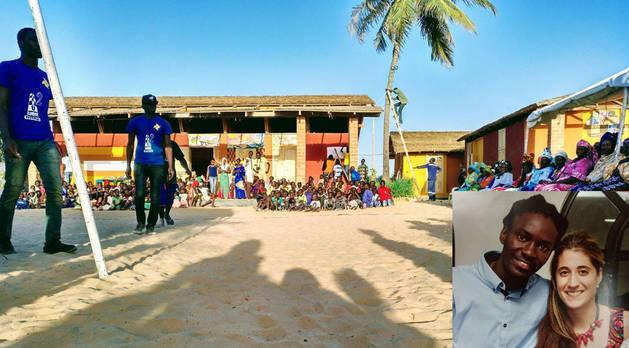 El centro cultural 'Sunu Xarit Aminata' fue inaugurado a finales de 2017 en el marco de un festival que contó con diferentes actividades. Abajo a la derecha de la imagen, Mamadou y Nerea, en una foto tomada hace unos años.