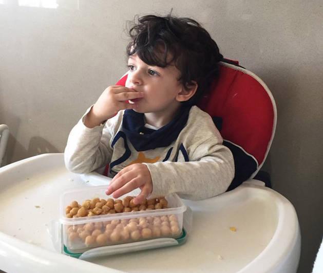 Imagen del hijo de María, una nutricionista, desayunando garbanzos.