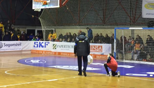 Empleados del club tudelano tratan de secar el suelo del pabellón.