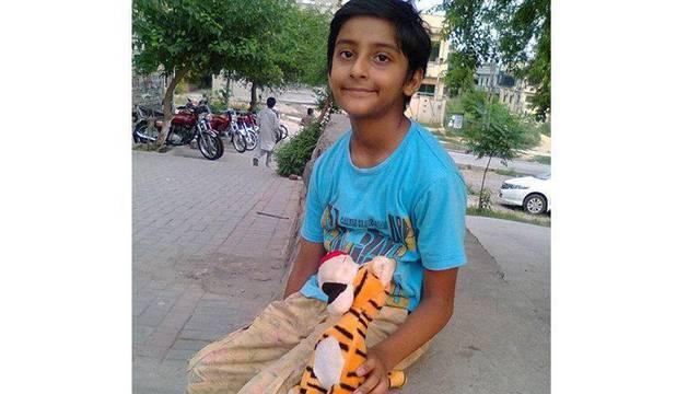 Jonathan, el niño de Pakistán que pide asilo en España para que le quiten la metralla de la cabeza