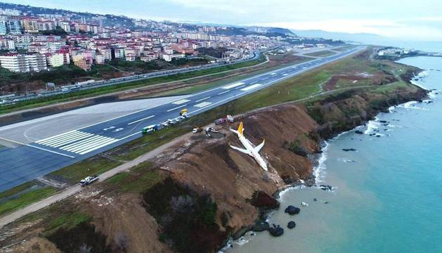 El avión turco, a orillas del mar negro