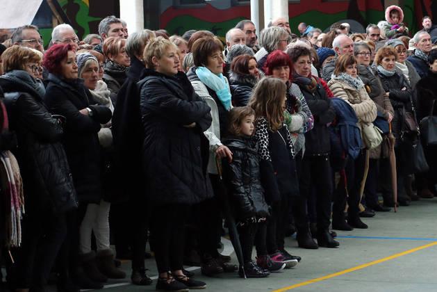 Numerosos vecinos se congregaron en el colegio Ermitaberri, como se observa en la imagen.