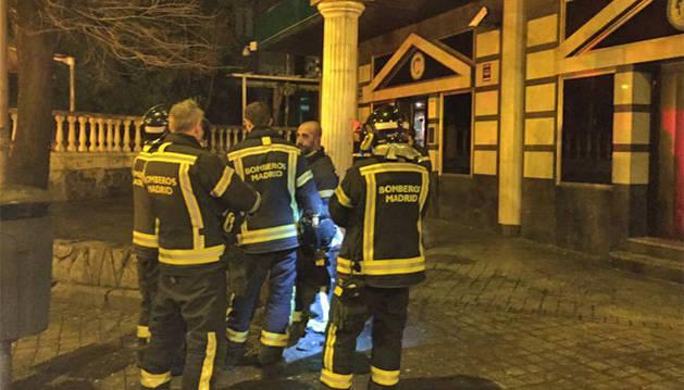 Los bomberos trabajan en el exterior de la discoteca donde tuvo lugar el desplome