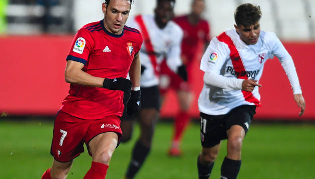 David Rodríguez se lleva la pelota en un momento del partido de ayer.