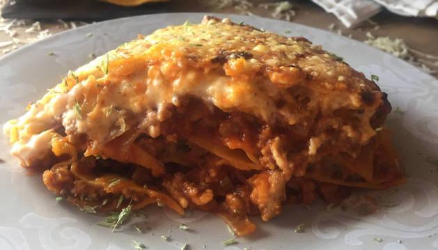 Imagen de una lasaña de raviolis rellenos.