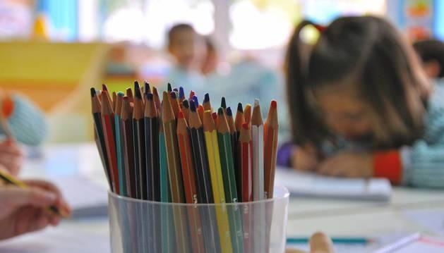 En la imagen, una alumna trabaja en el colegio Jesuitinas de Pamplona.