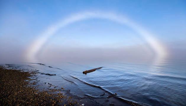 Un arco de niebla sobre el océano Ártico