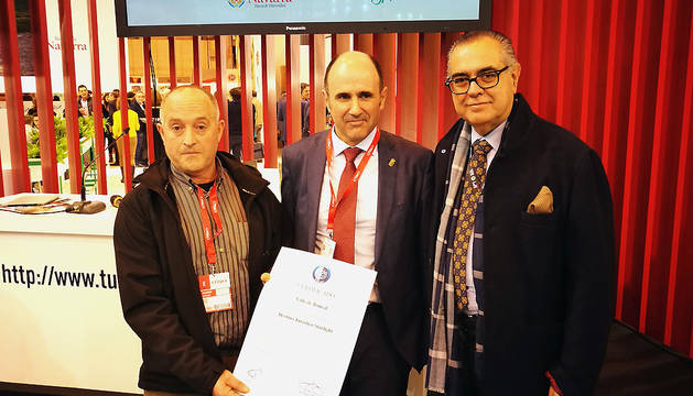 El vicepresidente Ayerdi, junto con Tomás Pasquel con el certificado 'Destino Starlight'.