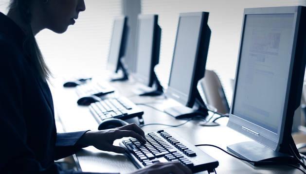 Una persona en un ordenador.