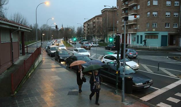 Decenas de vehículos se concentran a diario, especialmente a horas punta, en la calle Río Arga de Pamplona.