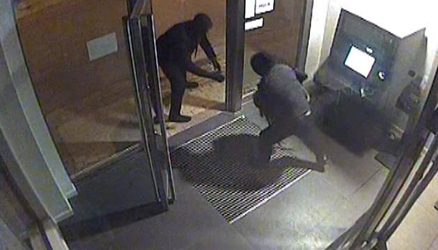 Dos miembros de la banda roban en un cajero.