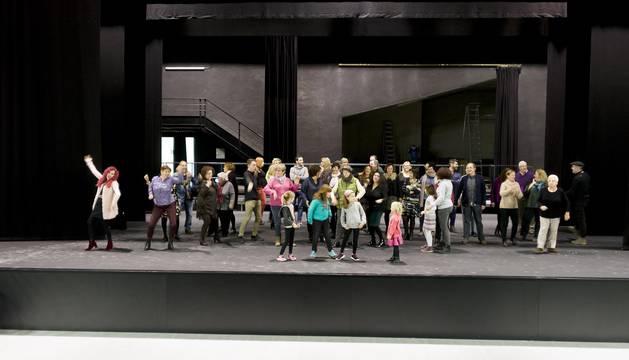 Algunos de los actores de los diferentes grupos de la Zona Media que pudieron acudir al encuentro se subieron al escenario del auditorio del centro cultural Tafalla y no dudaron en ponerse a bailar.