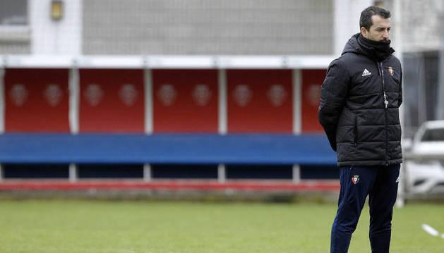 Diego Martínez observa a sus jugadores durante un entrenamiento de esta semana en Tajonar