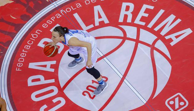 En la imagen, la base pamplonesa María Asurmendi bota el balón en la semifinal que su equipo Perfumerías Avenida ganó a IDK Gipuzkoa.