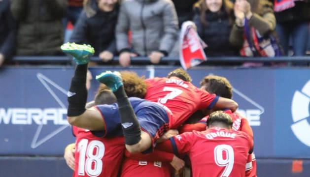 Los futbolistas de Osasuna celebran el gol de Borja Lasso contra la Cultural Leonesa