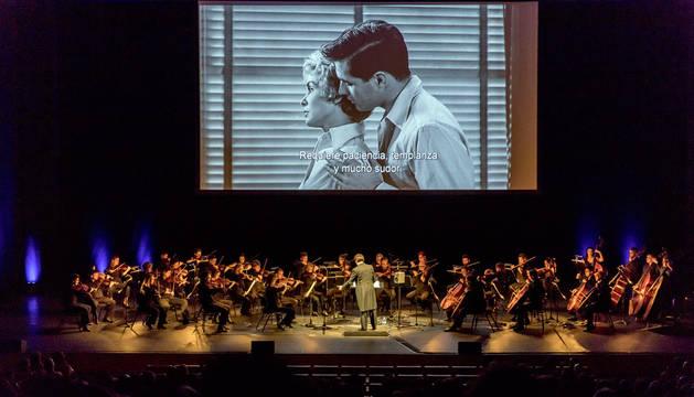 Imagen de la Orquesta Sinfónica de Navarra durante su actuación bajo la pantalla de 'Psicosis'.