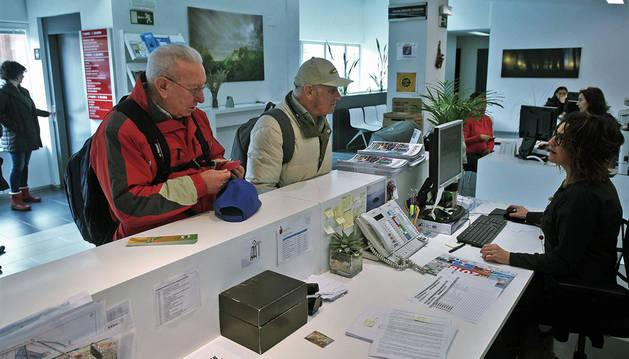 Este lunes, dos personas en la oficina de atención al ciudadano para depositar su voto.