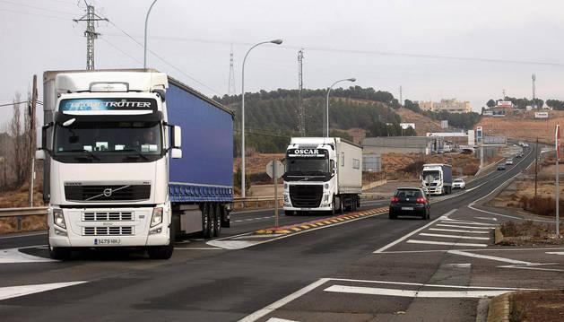 Varios camiones se disponen a acceder a la AP-68