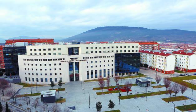 Plaza Luis Elío, frente a la Audiencia dPlaza Luis Elío, frente a la Audiencia de Navarra.e Navarra.