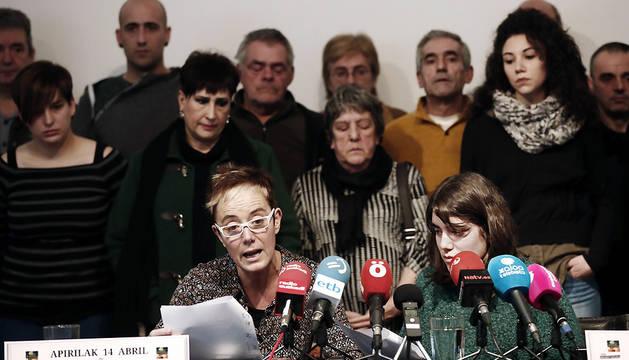 El colectivo Altsasukoak Aske y familiares de los jóvenes de Alsasua detenidos, Itziar Pérez (i) e Isabel Pozueta (d), durante la convocatoria de la manifestación.