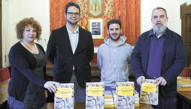 Desde la izda., Maite Garbayo, concejala de Cultura del Ayuntamiento de Olite; Javier Ilundáin, autor del libro; el alcalde de Olite, Andoni Lacarra, y Fernando Pérez, director de Cultura del Gobierno foral.