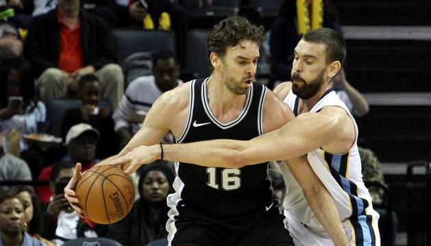 Pau defiende el balón ante la presión de su hermano Marc