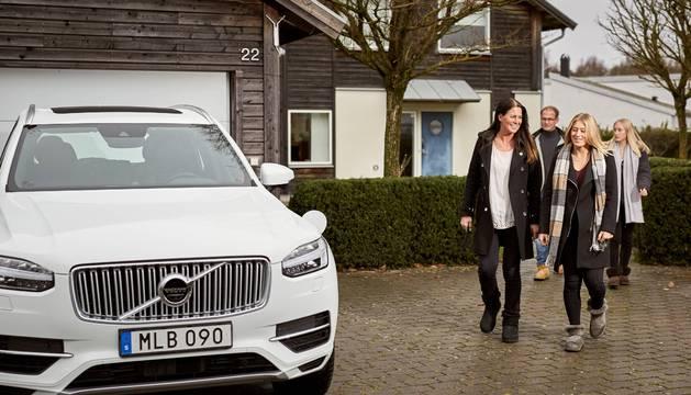 FAMILIA PROBETA. Una de los dos familias experimentales se aproximan al Volvo XC90, que harán de la conducción autónoma su forma de vida.