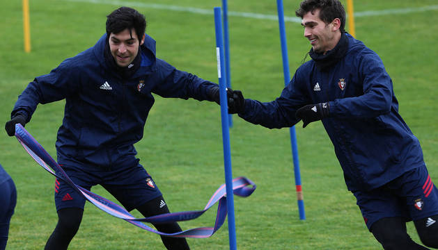 Borja Lasso y Lucas Torró bromean en la sesión de ayer en las instalaciones de Tajonar.