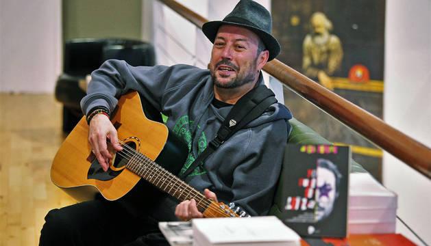 Ángel Petisme, ayer por la tarde en la librería Katakrak, con su guitarra Esmeralda, que le acompañará hoy en la presentación del libro-disco.