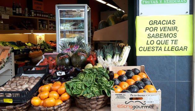 """El comercio de Pamplona """"empapela"""" sus escaparates contra la amabilización"""