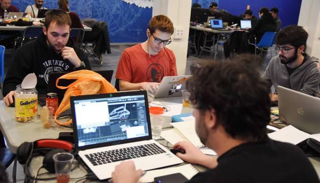 Uno de los grupos participantes de la Global Game Jam trabaja en el diseño del videojuego que presentará hoy al jurado.