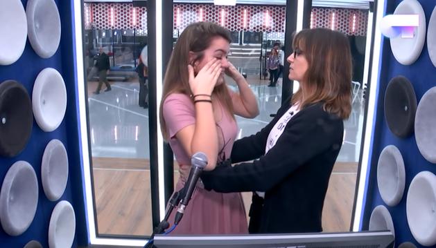 Noemí Galera consuela a Amaia Romero en un 'box' de la academia.