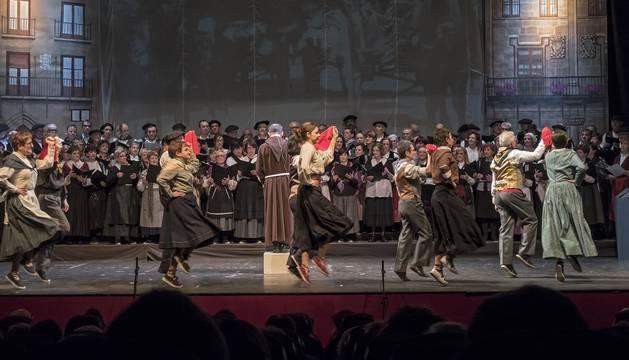 Las cuatro corales, detrás, cantan juntas la letra de la Era mientras la bailan ocho parejas del Taller de Danza Popular de Tierra Estella al ritmo de los músicos (derecha).